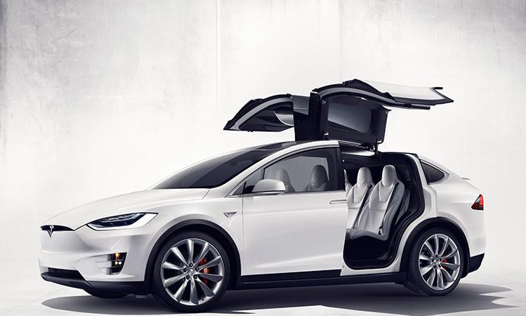 Tesla Model X față în față cu un Lamborghini Aventador – liniuță pe circuit