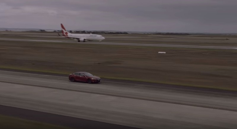 Video: Tesla Model S înfruntă un Boeing 737