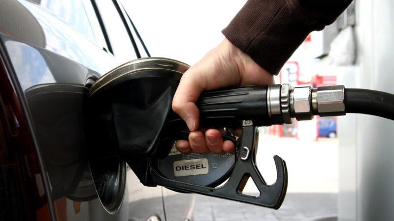 Proiect: Timbrul de mediu ar putea fi transformat în impozit auto sau inclus în prețul carburanților