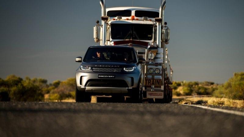 Un Land Rover Discovery a tractat un TIR cu șapte remorci și o greutate de 110 tone