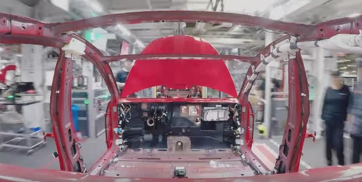 Time-lapse cu Tesla Model 3 pe linia de asamblare