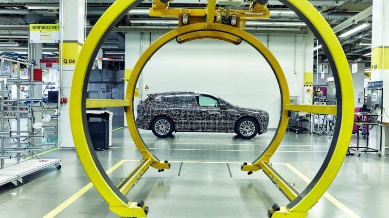 BMW a publicat o serie de imagini noi camuflate cu viitorul SUV electric iNext